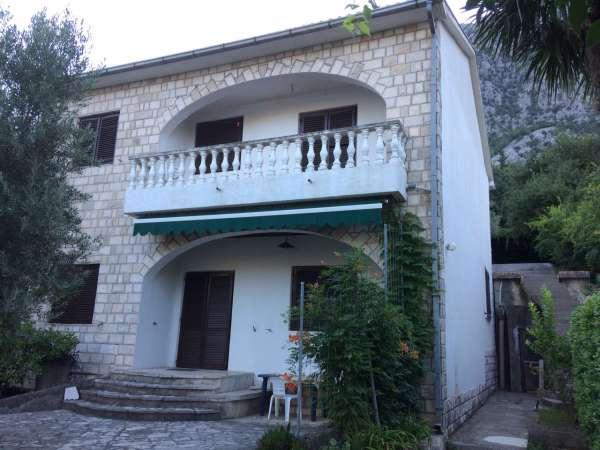 Acil Satılık. Karadağ Kotor Körfezi`nin  içinde Dobrota `da denize sıfır taş villa büyük bir bahçesi ve garajı var.